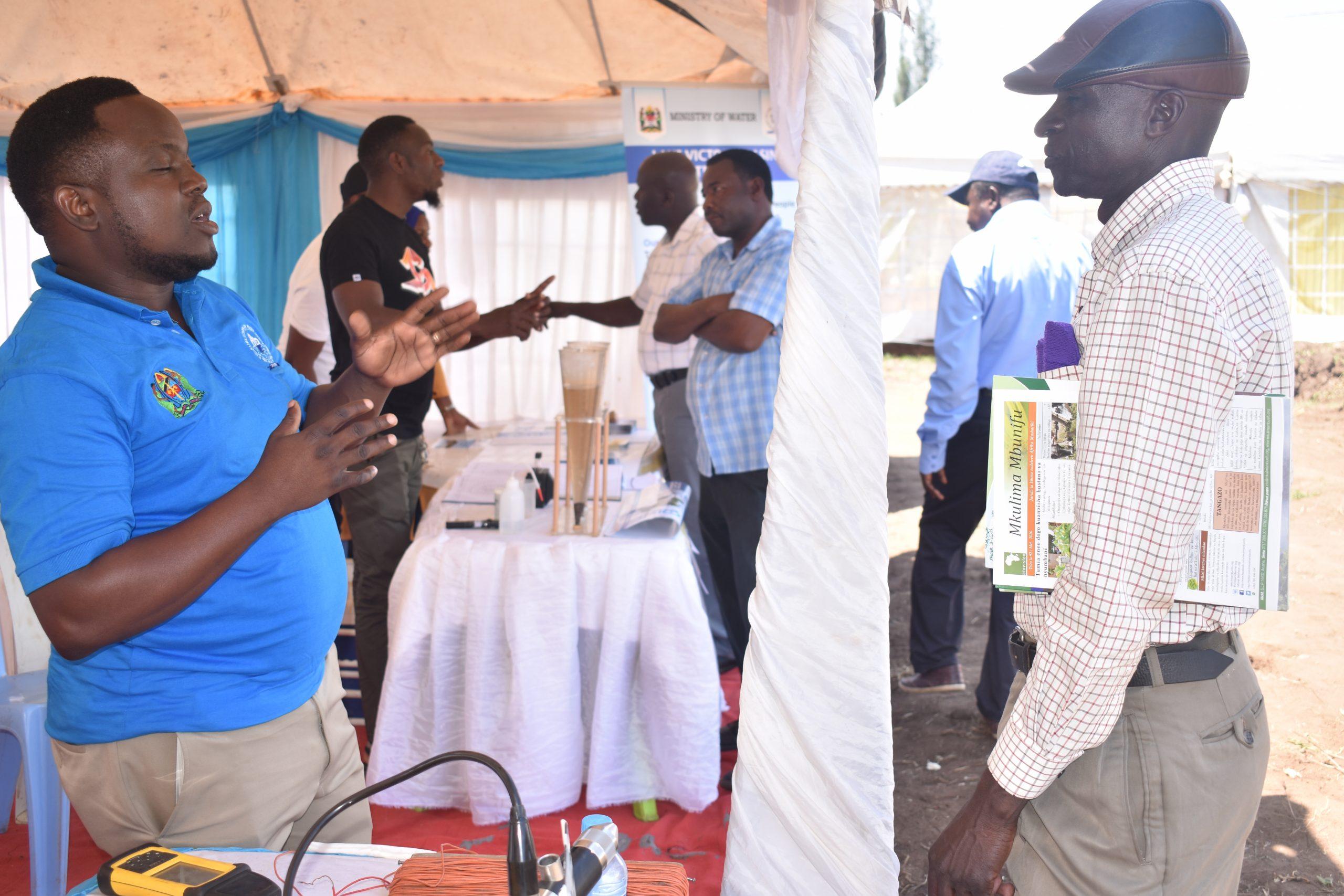 Afisa Maendeleo ya Jamii Bw. John Ngawambala akitoa elimu kwa mgeni aliyefika katika Banda la Bodi y